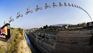 Robbie Maddison da record: salto di 85 metri sul Canale di Corinto