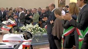 Funerali di Simoncelli, tra le note di Vasco e gli applausi infiniti