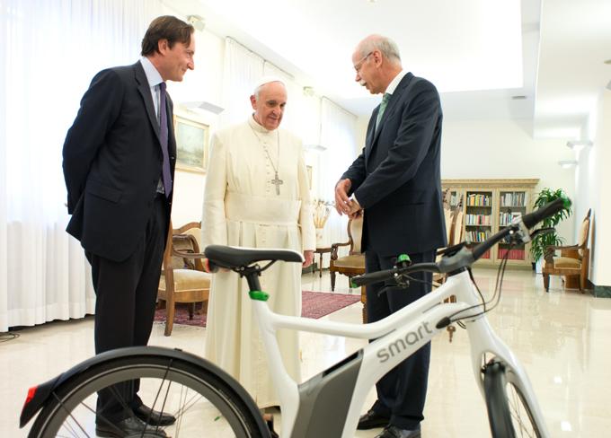 Smart ebike, Papa Francesco riceve il Gruppo Daimler per la mobilità sostenibile