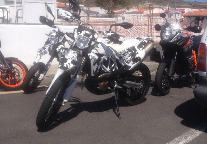 Nuova Husqvarna 701, la Supermoto e l'Enduro fotografate a Tenerife