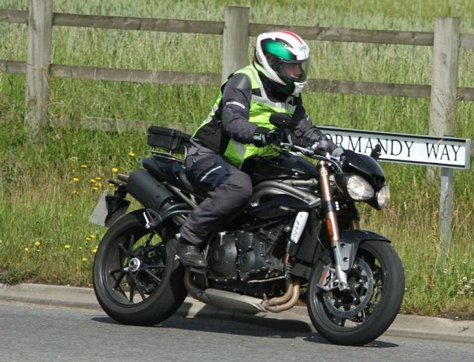 Nuova Triumph Speed Triple, nuovo stile e un motore ottimizzato per la super naked britannica