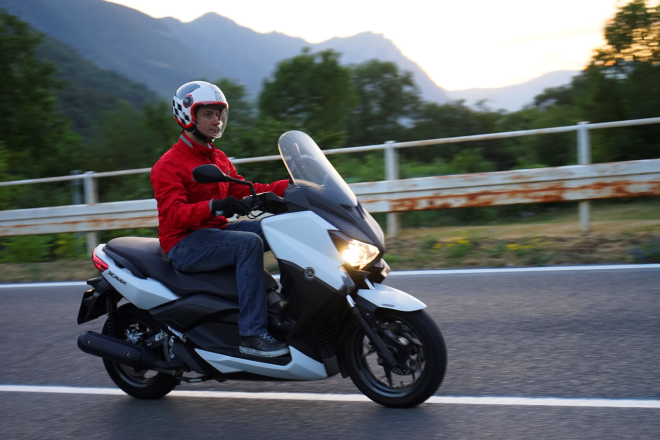 Yamaha_X-Max250_pss2015_guida