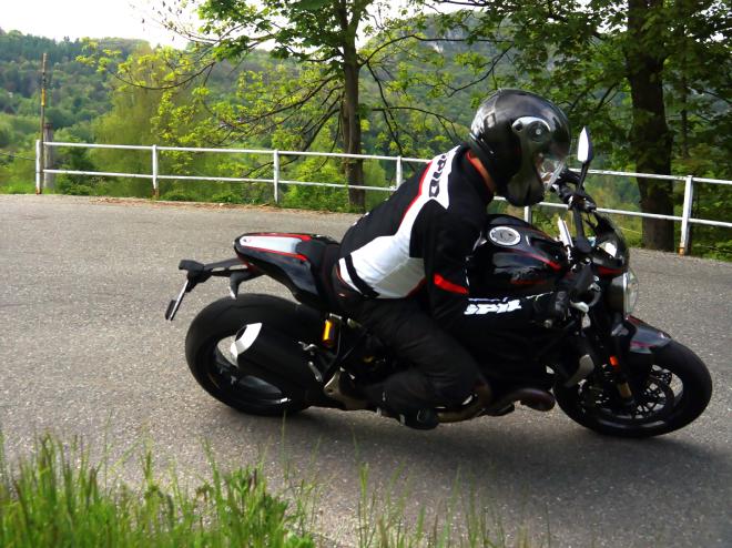 Ducati_Monster_R_Pss_2016_abbigliamento
