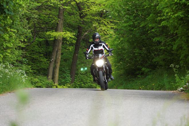 Ducati_Monster_R_Pss_2016_guida