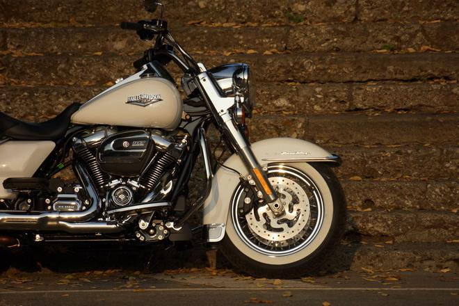 Harley-Davidson_Road_King_Classic_PsS_2016_10