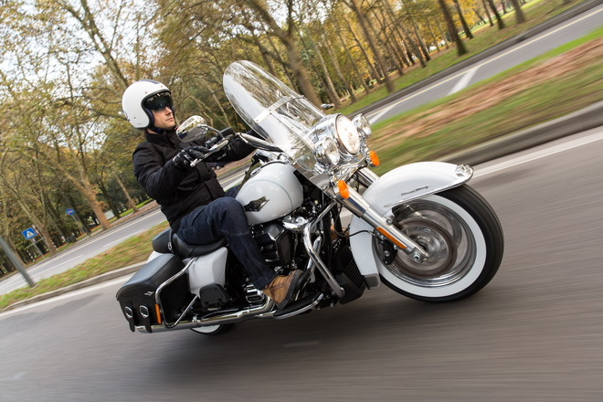 Harley-Davidson_Road_King_Classic_PsS_2016_12