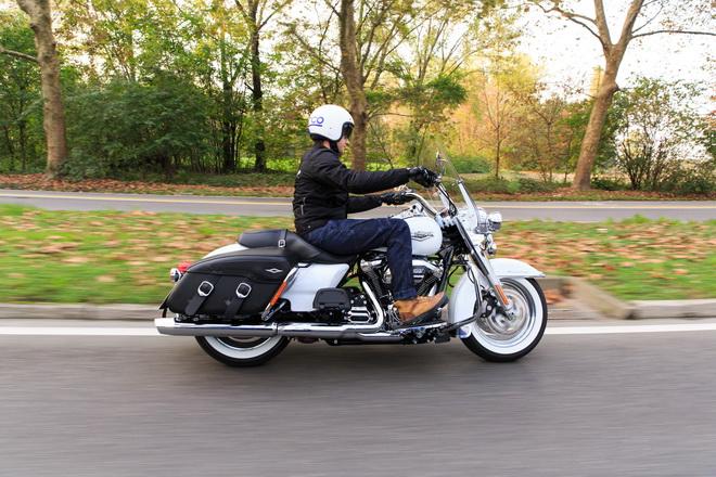 Harley-Davidson_Road_King_Classic_PsS_2016_13