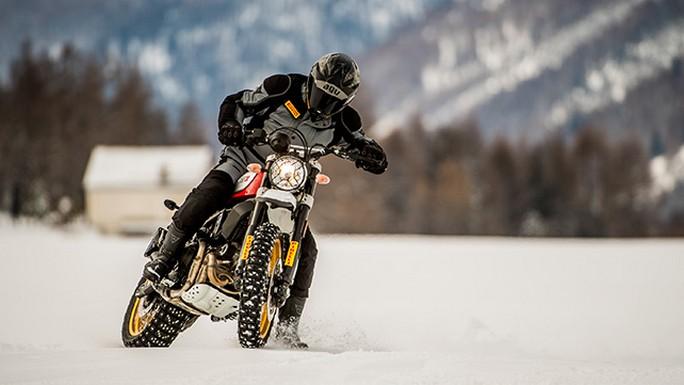 Pirelli: Kristian Ghedina testa le nuove Scorpion Rally STR sulla neve di St. Moritz in sella alla Ducati Scrambler Desert Sled
