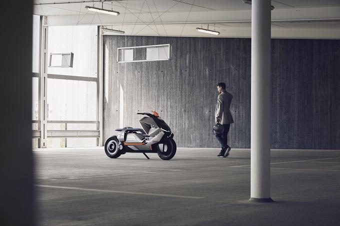 BMW Motorrad Concept Link interpreta la connessione tra pilota, veicolo ed ambiente per un utilizzo urbano