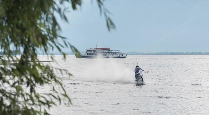 Attraversare il lago di Como in moto, la folle sfida di Luca Colombo