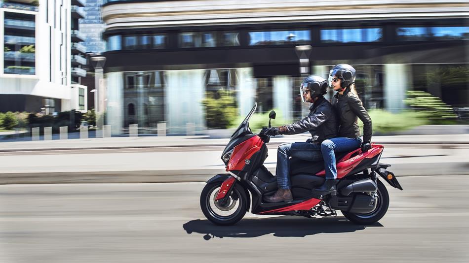 2018-Yamaha-XMAX-125-ABS-EU-Radical-Red-Action-007