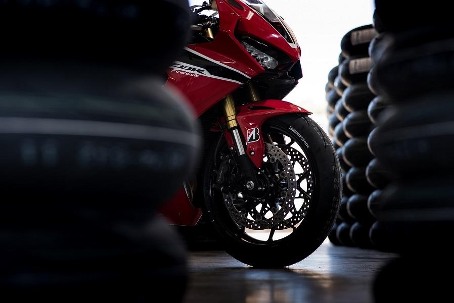 "Bridgestone lancia la Battlax Racing R11: Una gomma per ""spingere"" in pista [VIDEO]"