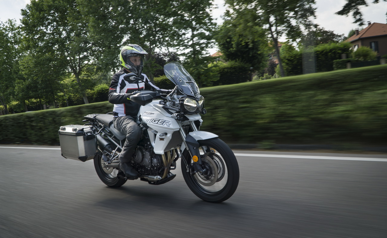 Triumph_Tiger_800_XRT_BMW_F850GS_doppia_prova_su_strada_2018_02