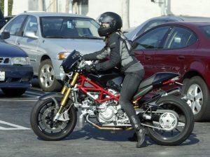 Donne e moto: con le due ruote la vita migliora, arriva lo studio