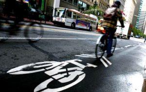 Biciclette: proposto un disegno di legge che introdurrebbe l'obbligo di targa, assicurazione e uso del casco