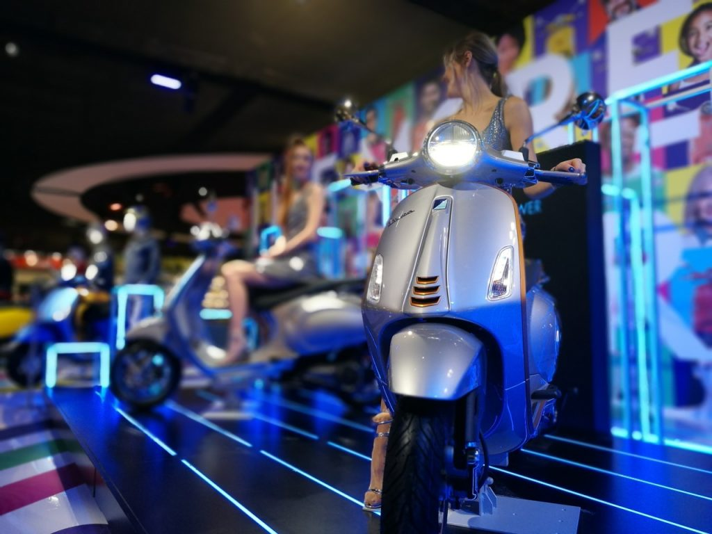 "Vespa Elettrica: in giro per Parigi nella tappa di ""The Sound of Europe Tour"" [VIDEO]"