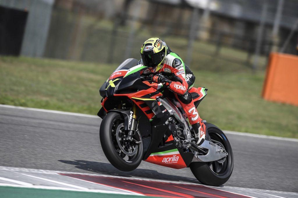 Aprilia RSV4 X: Max Biaggi in pista per saggiarne la forza