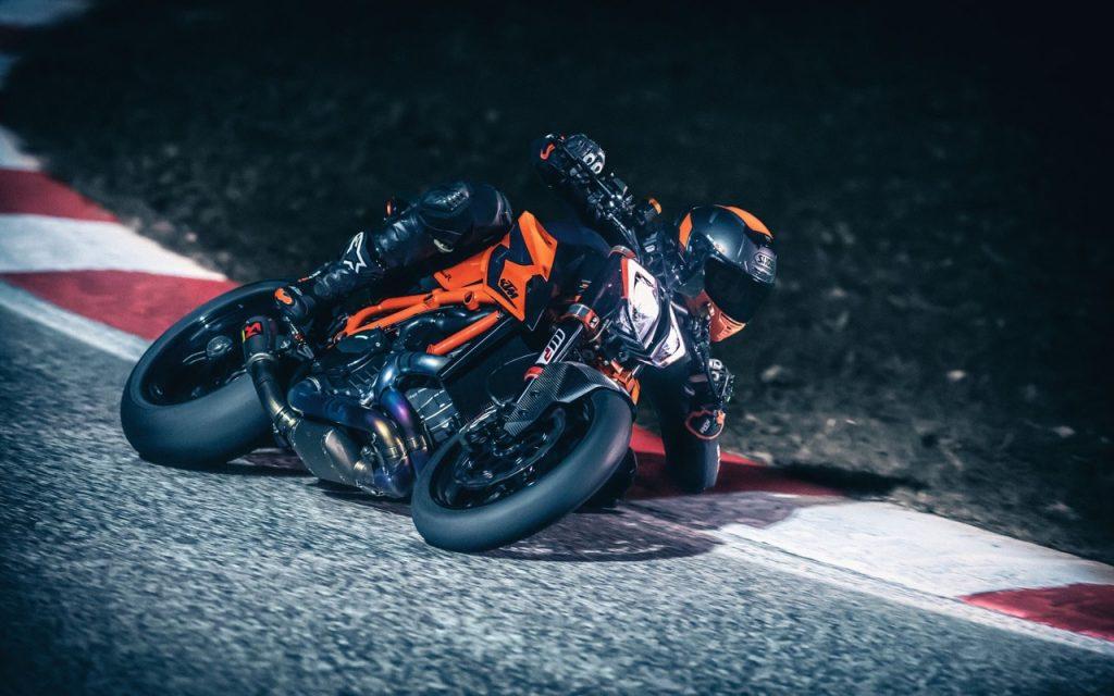 KTM 1290 Super Duke R 2020: un'altra occhiata alla naked sportiva del marchio austriaco [VIDEO]
