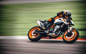 KTM 890 Duke R: la presentazione online [VIDEO]