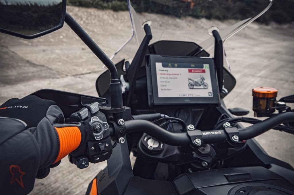 KTM 1290 Super Adventure S: strumentazione e controlli in evidenza [VIDEO]