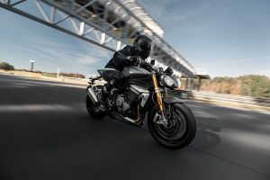 Triumph Speed Triple 1200 RS: un carattere forte che emerge in pista [VIDEO]