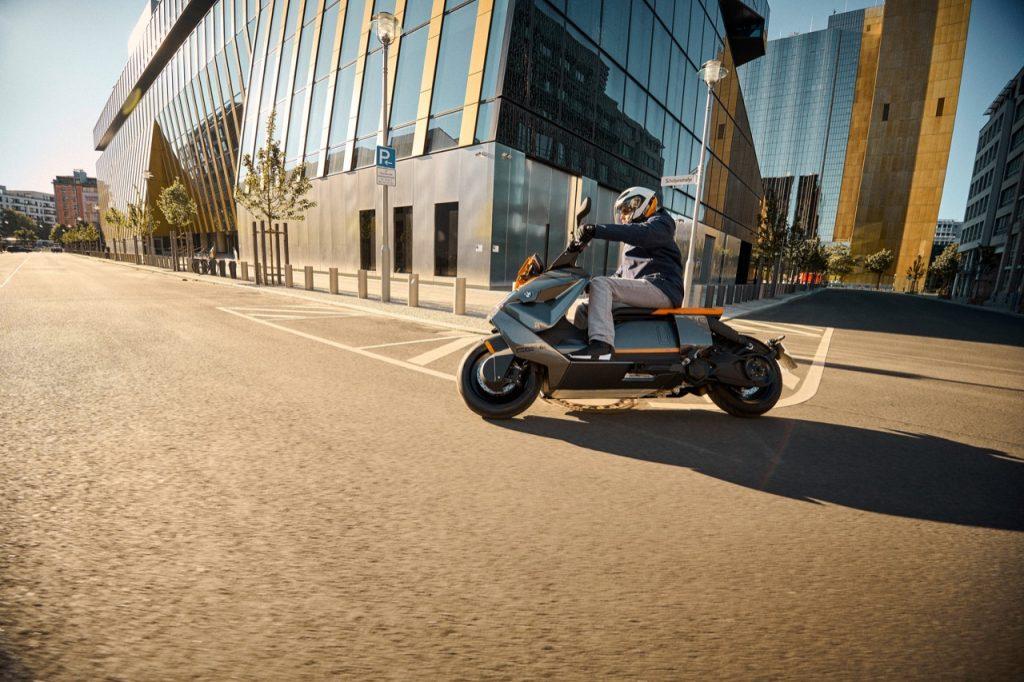 BMW CE 04: lo scooter elettrico e un abbigliamento connesso [VIDEO]
